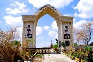 Jordanisches Grenztor - mit den Porträts der Könige Hussein und Abdullah II.