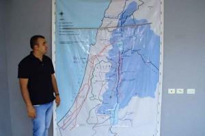 Malek Abu Alfailat, Direktor des Umweltzentrums in Auja, vor einer Wasser-Karte