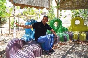 Malek Abu Alfailat im Außenbereich des Umweltzentrums von Auja