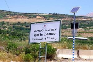 Orts-Ausgangsschild einer kleinen Stadt auf den Golanhöhen